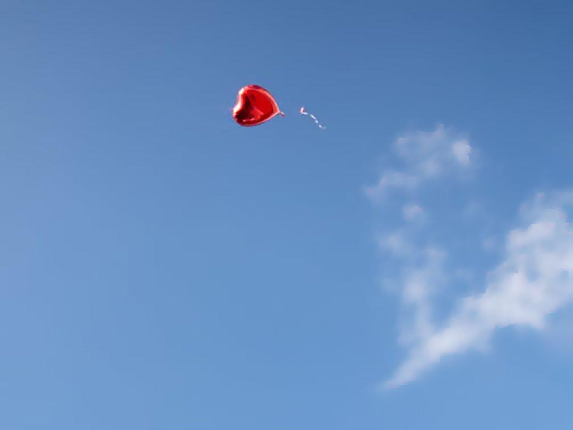 cielo azul corazon rojo