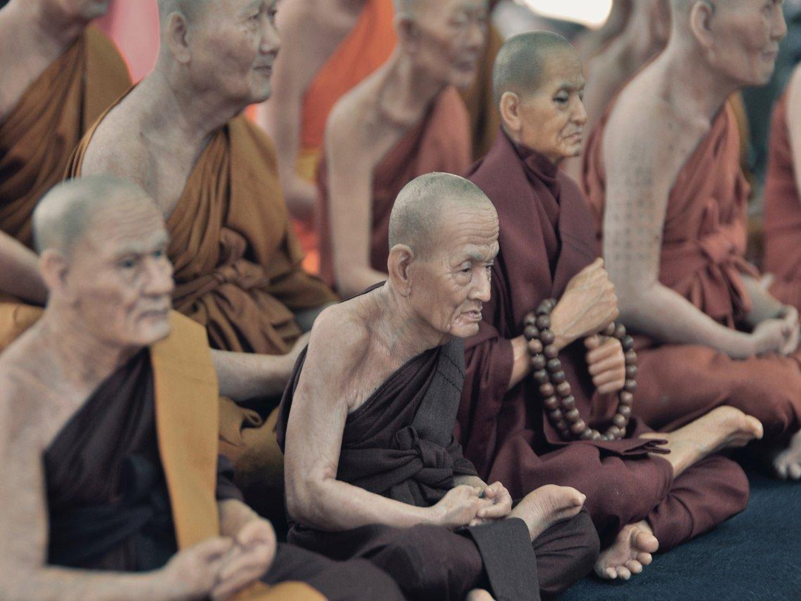 monjes budistas meditando con mala
