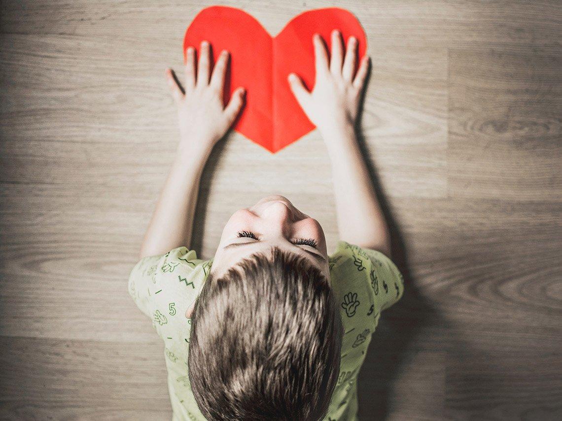 yoga en familia niño con corazón rojo